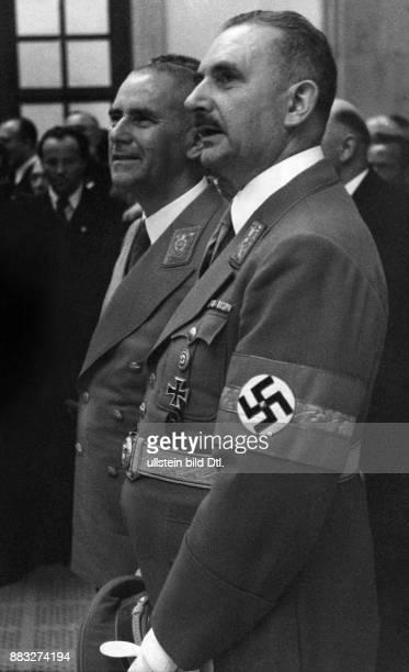 Große Deutsche Kunstausstellung 1940 im Haus der Deutschen Kunst in München Portrait der Ehrengäste Reichsminister des Innern Wilhelm Frick und...