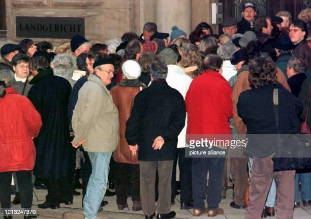 Großer Andrang herrscht am 921998 vor dem Eingang des Landgerichts Braunschweig wo der Mordprozeß gegen den Beienroder Pastor Klaus Geyer fortgesetzt...