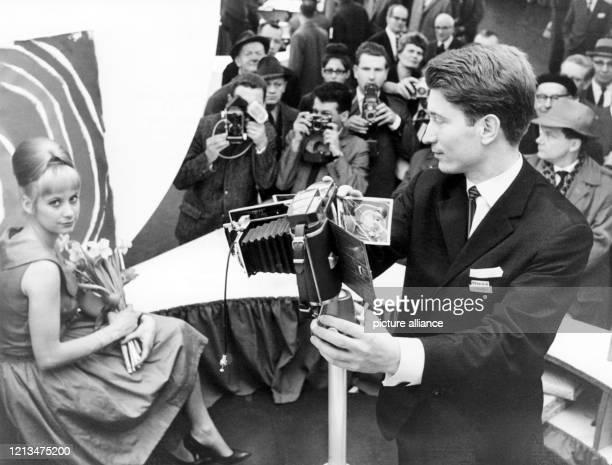 Großes Interesse zeigten auch die Pressefotografen für die neue Polaroid-Kamera auf der Photokina in Köln im März 1963.