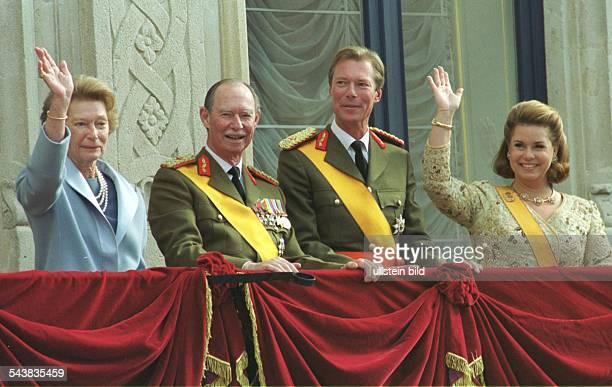 Großherzogin Josephine Charlotte und Großherzog Jean von Luxemburg feiern auf dem Balkon des Palais in Luxemburg den Amtsantritt von Sohn Henri der...
