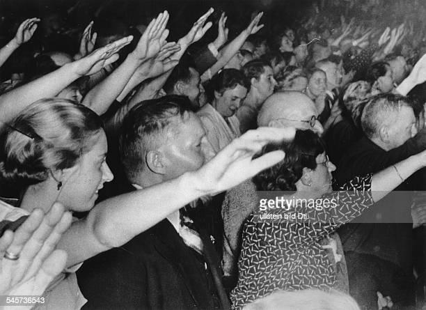 Großkundgebung im Sportpalast: Besucher nach der Rede Adolf Hitlers