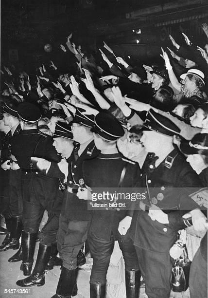Großkundgebung im Sportpalast: jubelnde Bevölkerung am Strassenrand beider Ankunft Adolf Hitlers