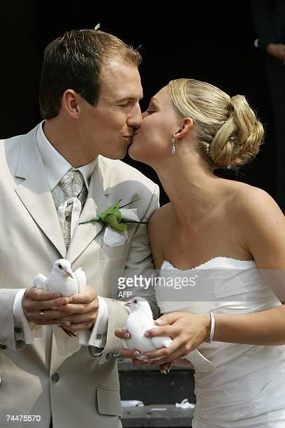 Groningen, NETHERLANDS: Chelsea player and Dutch international Arjen Robben and his wife Bernadien Eillert kiss 09 June 2007 after their wedding...