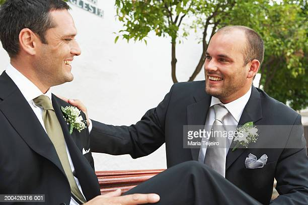 groom and best man smiling at each other - traje completo - fotografias e filmes do acervo