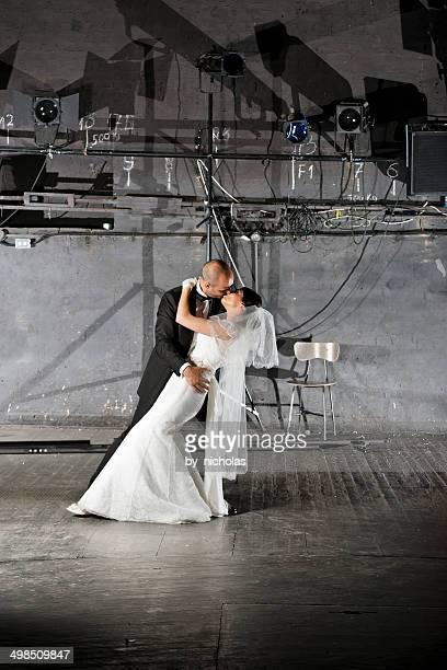 Bräutigam und Braut Tanzen