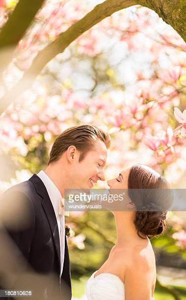 Bräutigam und Braut Lächeln in jedes andere für Ihre Hochzeit