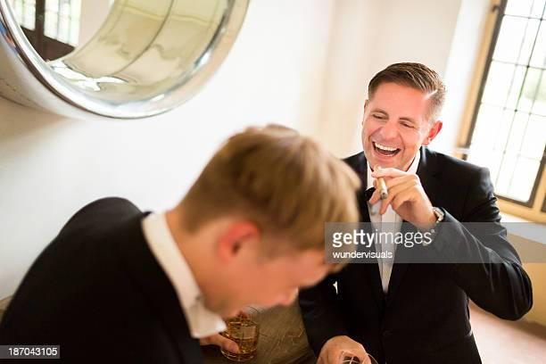Novio y acompañantes del novio disfrutando
