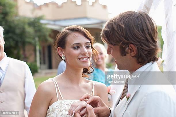 Sposo, mettendo l'anello sul dito di sposa '