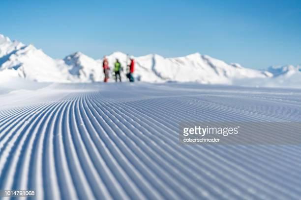 groomed ski piste in stubnerkogel, gastein, salzburg, austria - schneefahrzeug stock-fotos und bilder