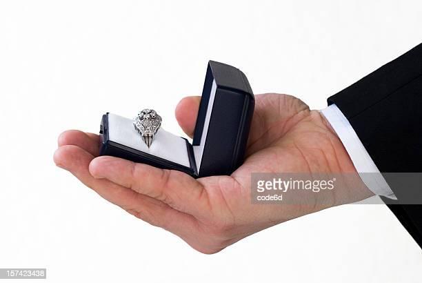 Bräutigam hand mit Diamant-Verlobungsring, Nahaufnahme, Hochzeit