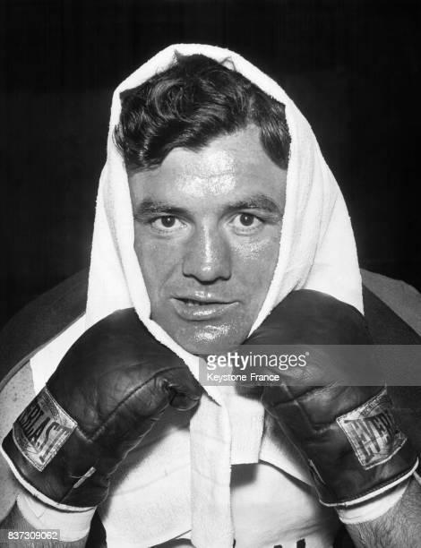 Gros plan sur le boxeur Jimmy Braddock une serviette sur la tête lors d'une séance d'entraînement le 18 mai 1935 à Loch Sheldrake NY