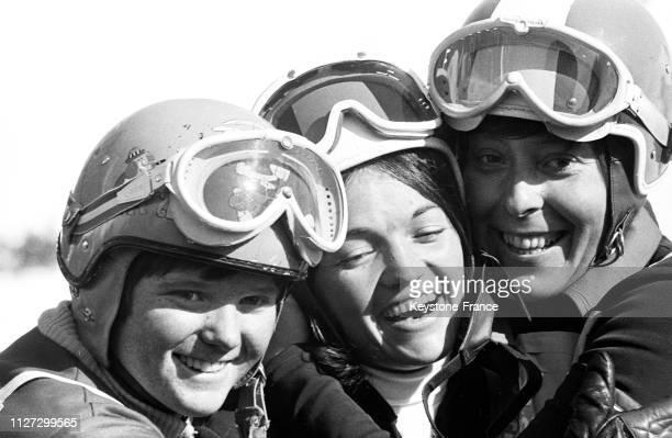 Gros plan sur les trois médailles olympiques avec de gauche à droite la Canadienne Nancy Greene médaille d'argent les françaises Marielle Goitschel...