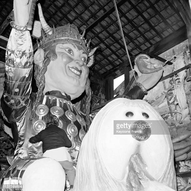 Gros plan sur 'Monsieur Carnaval à la Gauloise' assis sur 'Pollux' à Nice France le 16 février 1968