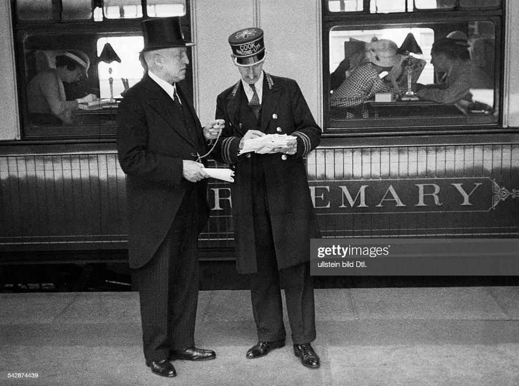 Victoria-Station, Stationsvorsteher auf dem Bahnsteig, 1935 : News Photo