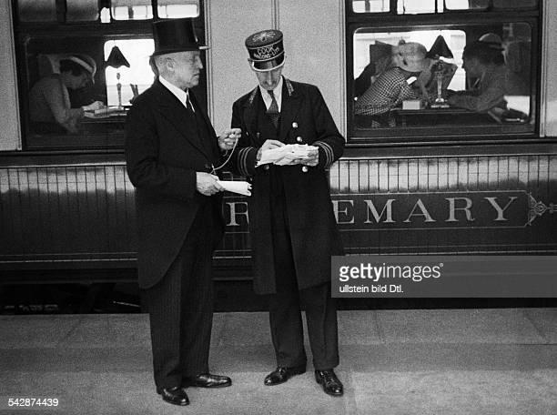 Grossbritannien London VictoriaStationStationsvorsteher in Cutaway und Zylinder auf dem Bahnsteig undatiert vermutlich 1935veröffentlicht Nr...