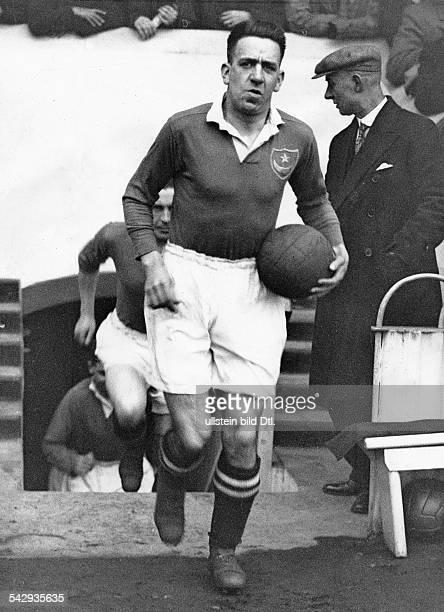 Grossbritannien Pokalspiel Manchester City gegen Portsmouth im WembleyStadion Der Kapitaen von Portsmouth D Thackeray betritt das Stadion 1934 Foto...