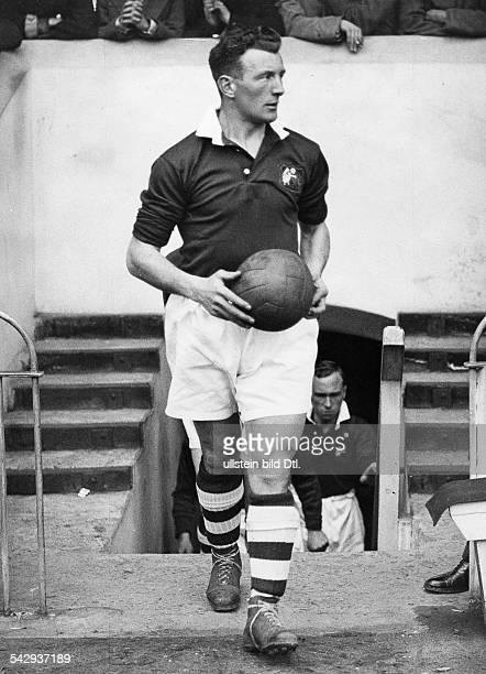 Grossbritannien Pokalspiel Manchester City gegen Portsmouth im WembleyStadion Der Kapitaen von Manchester SCowan betritt das Stadion 1934 Foto vd...