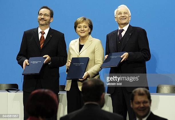 Grosse Koalition Unterzeichnung vom Koalitionsvertrag am im Foyer vom PaulLoebeHaus Berlin Nach der Unterzeichnung vlMatthias Platzeck Angela Merkel...