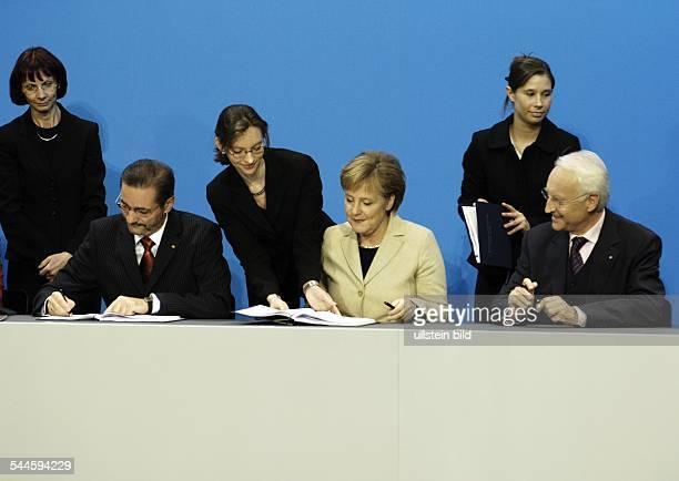 Grosse Koalition Unterzeichnung vom Koalitionsvertrag am im Foyer vom PaulLoebeHaus Berlin Bei der Unterzeichnung vl Matthias Platzeck Angela Merkel...