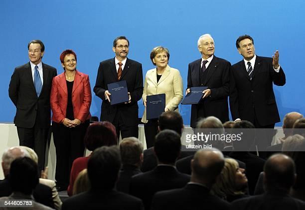 Grosse Koalition Unterzeichnung vom Koalitionsvertrag am im Foyer vom PaulLoebeHaus Berlin Nach der Unterzeichnung vl Franz Müntefering Elke Ferner...