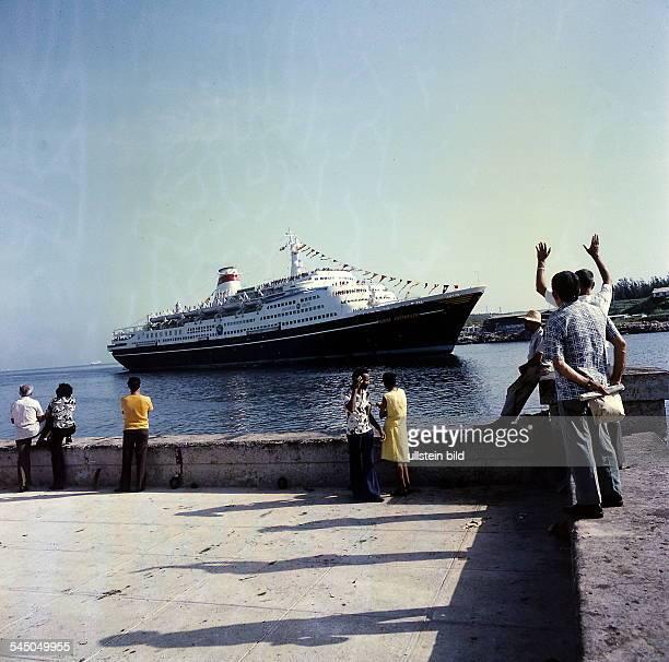 grosses Passagierschiff im Hafen ohne Jahr