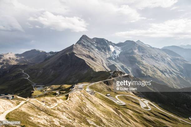 grossglockner mountain pass in austria in the alps - berg stock-fotos und bilder