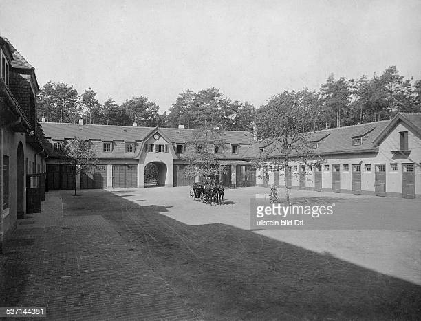 1872 1941 Grossindustrieller Heinenhof Potsdam Landsitz Carl Friedrich von Siemens die Stallungen mit Kutsche 1912 Foto R Siegert