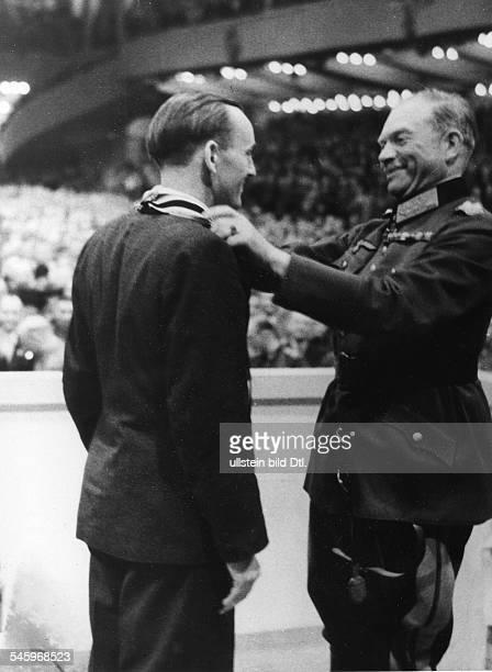 Grosskundgebung im Sportpalast anlässlich der Verleihung des Ritterkreuzes zum Kriegsverdienstkreuz an Vertreter der Rüstungsindustrie Albin Sawatzki...