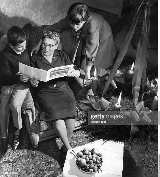 Grossmutter singt mit Enkelkindern Weihnachtslieder Fotografie Hugo SchmidtLuchs