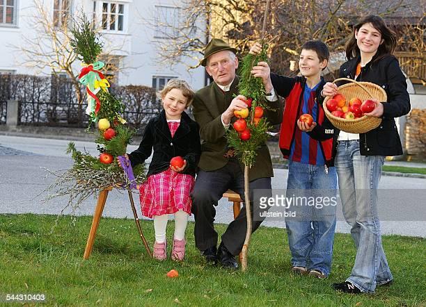 Grossvater und Enkel mit Aepfeln und Palmbaeumen für Palmsonntag palm trees for Palm Sunday vorhanden MRY