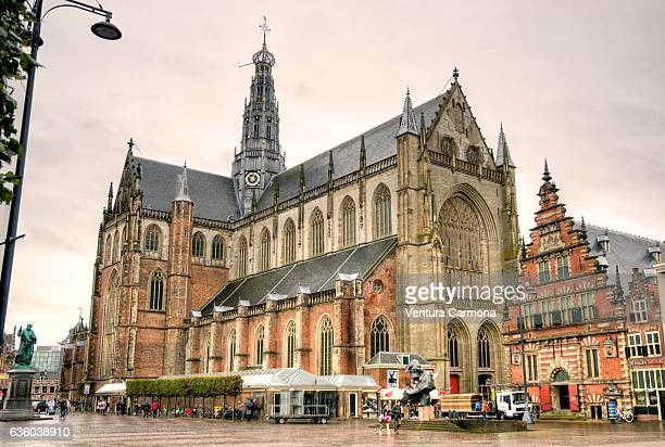 grote kerk and the statue of laurens janszoon coster in haarlem's central square, (the netherlands) - haarlem stock photos and pictures