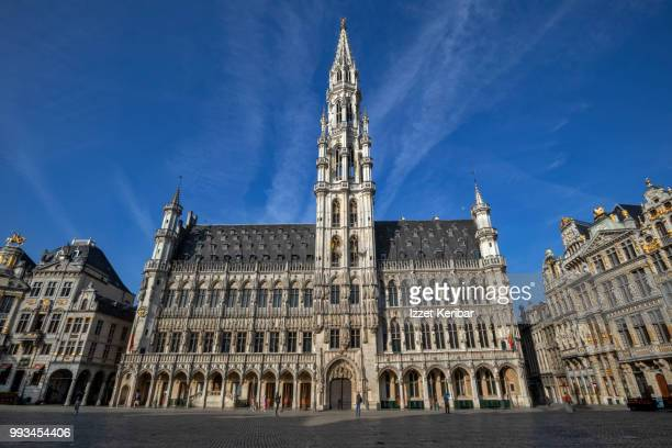 grote markt, grand place  main square on a fair day, brussels, belgium - グランプラス ストックフォトと画像
