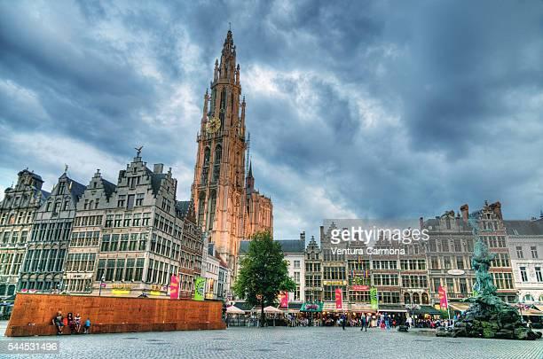 """grote markt of antwerp with the cathedral of our lady """"onze-lieve-vrouwekathedraal"""" - antwerpen provincie stockfoto's en -beelden"""
