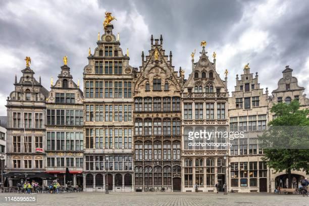 grote markt, mensen, stoep restaurants en traditionele gebouwen in antwerpen, belgie - antwerpen provincie stockfoto's en -beelden