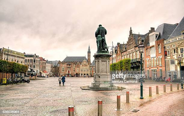 grote markt square and statue of laurens janszoon coster in haarlem (the netherlands) - marktplatz stock-fotos und bilder