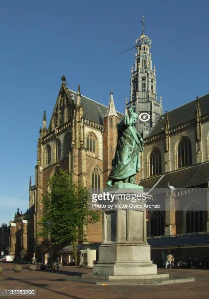 grote markt square with the statue of laurens coster and saint bavo church (grote kerk) in haarlem, netherlands - victor ovies fotografías e imágenes de stock