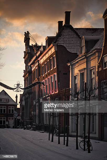 grote noord street and roode steen covered in snow, with sunlight on westfries museum. - merten snijders 個照片及圖片檔