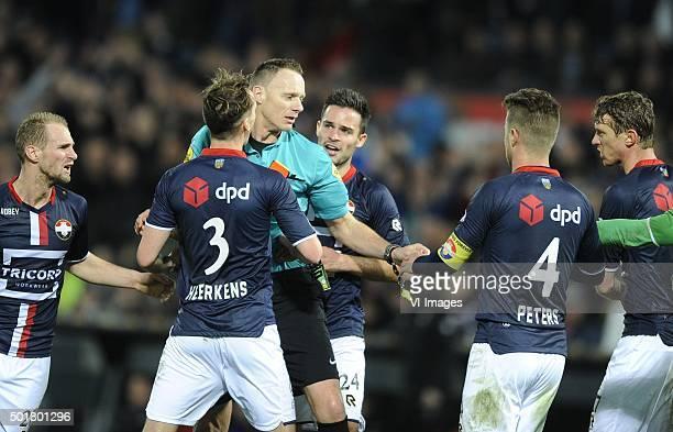 Grote woede bij Willem II richting scheidsrechter Ed Janssen nadat Dries Wuytens zijn tweede gele kaart krijgt voor het vasthouden van Michiel Kramer...