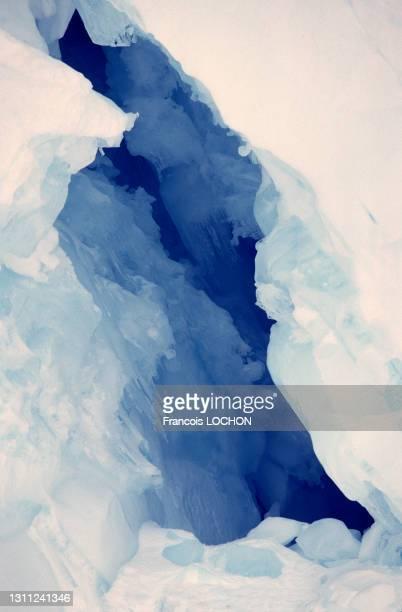 Grotte dans un glacier, décembre 1977 en mer de Wedell, Antarctique.