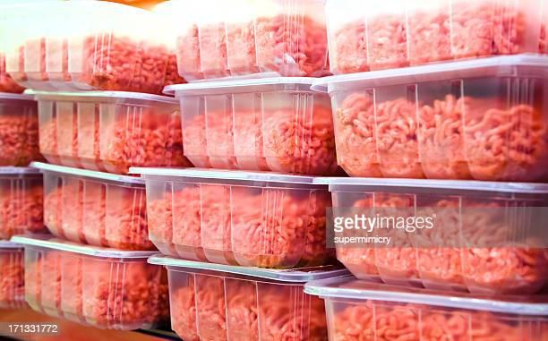 Carne picada en recipientes de plástico