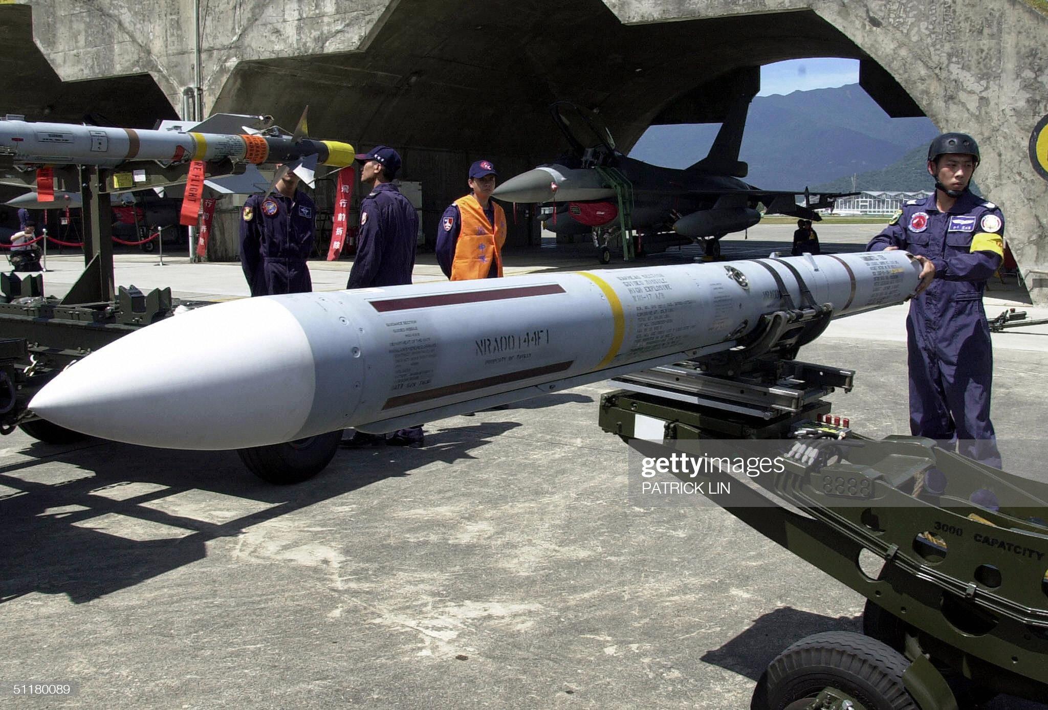 A ground crew of Taiwan's air force prep : News Photo