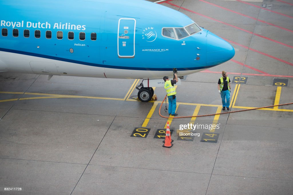 Ground crew refuel a passenger aircraft operated by KLM, the Dutch arm of Air France-KLM Group, at Schiphol airport in Amsterdam, Netherlands, on Tuesday, Aug. 15, 2017. Delta Air Lines Inc., China Eastern Airlines Corp. and Air France-KLM Group are reaching for their checkbooks to forge a deeper global alliance. Photographer: Jasper Juinen/Bloomberg via Getty Images