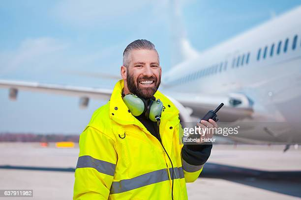 ground crew using walkie-talkie outdoor in front of aircraft - cargo airplane - fotografias e filmes do acervo