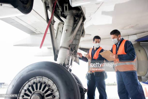 ground crew working at the airport wearing facemasks - air vehicle stock pictures, royalty-free photos & images