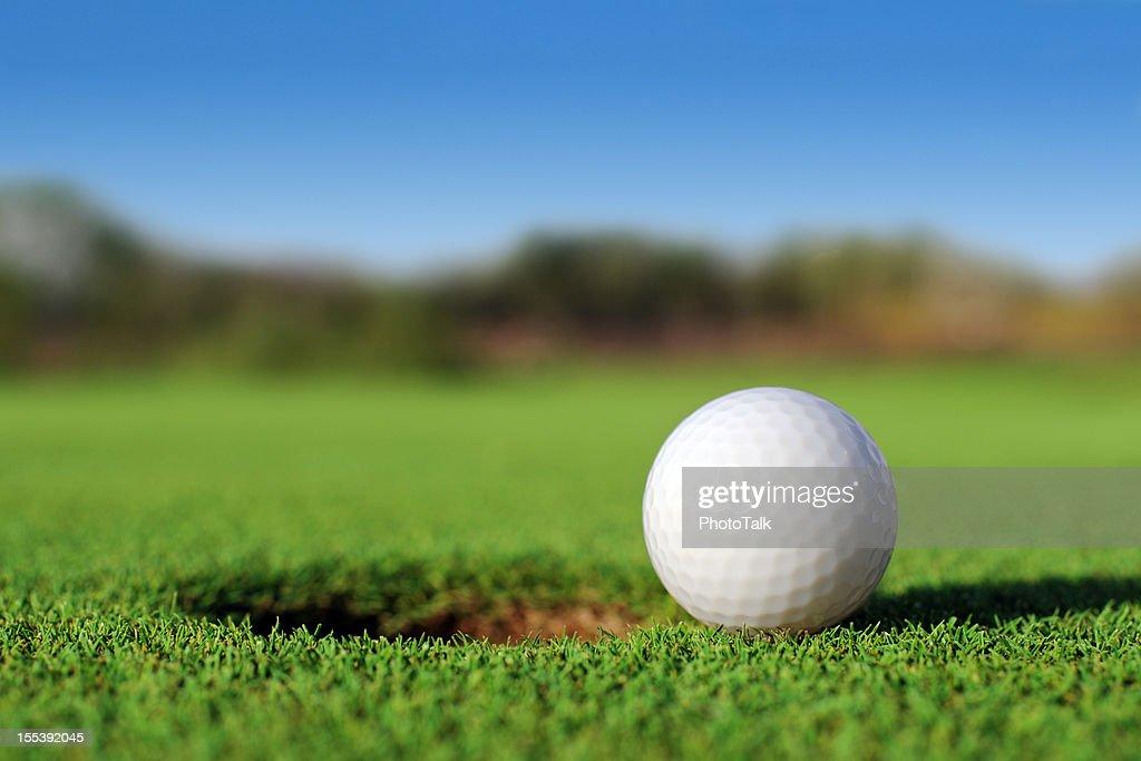 Erdgeschoss Nahaufnahme des Golfball in der Nähe von Loch : Stock-Foto