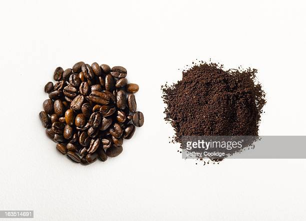 ground vs roasted coffee beans - café moulu photos et images de collection