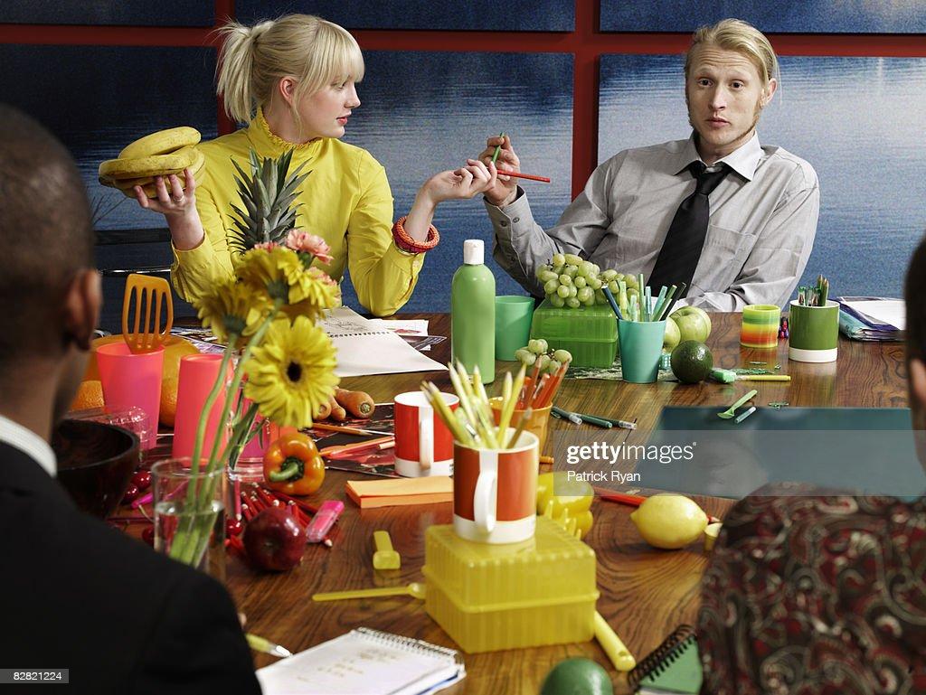 Grupo de frutas tópico a discutir na sala de reuniões : Foto de stock