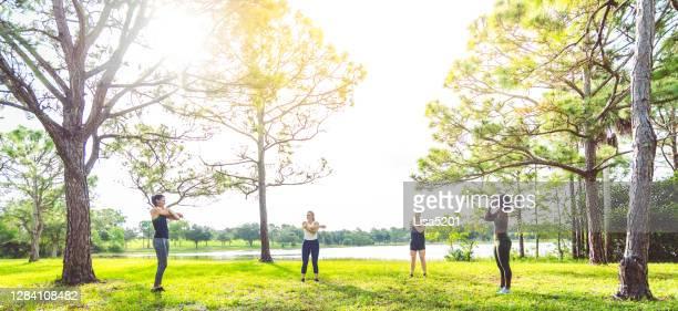 de geschiktheidsklassevrouwen die van de groep in openlucht uitoefenen - actieve levenswijze stockfoto's en -beelden