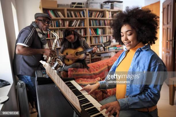 グループの作るジャム セッション自宅 - キーボード奏者 ストックフォトと画像