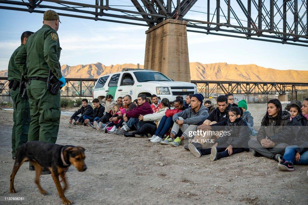TOPSHOT-politics-border-US-MEXICO-POLITICS-BORDER-MILITIA-IMMIGR : News Photo